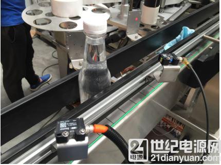 使用 SmartReflect 的堡盟 O300光电传感器在贴标机上的应用