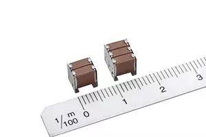具有高电容和低 ESR 的积层带金属端子的 MEGACAP 型积层陶瓷贴片电容器 CA 系列