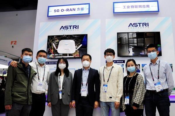 应科院人员在展览会上为来宾介绍其尖端5G技术。